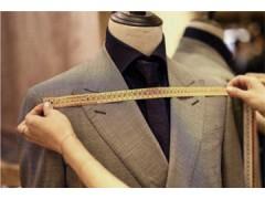 西装不只黑灰白才好看,今年流行的定制西装时尚又优雅